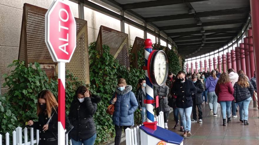 Vuelven las colas a las grandes áreas comerciales de Asturias, con la reapertura de las tiendas de mayor superficie