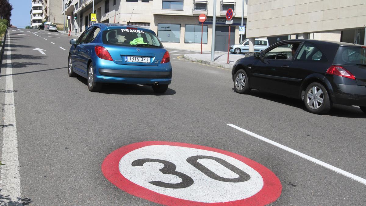 En varias calles de Ourense, como Jesús Pousa, ya rige la limitación de 30 km/h. // IÑAKI OSORIO
