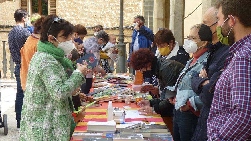 El sol anima la Fireta d'Entitats Locals y el Dia del Llibre de Montuïri