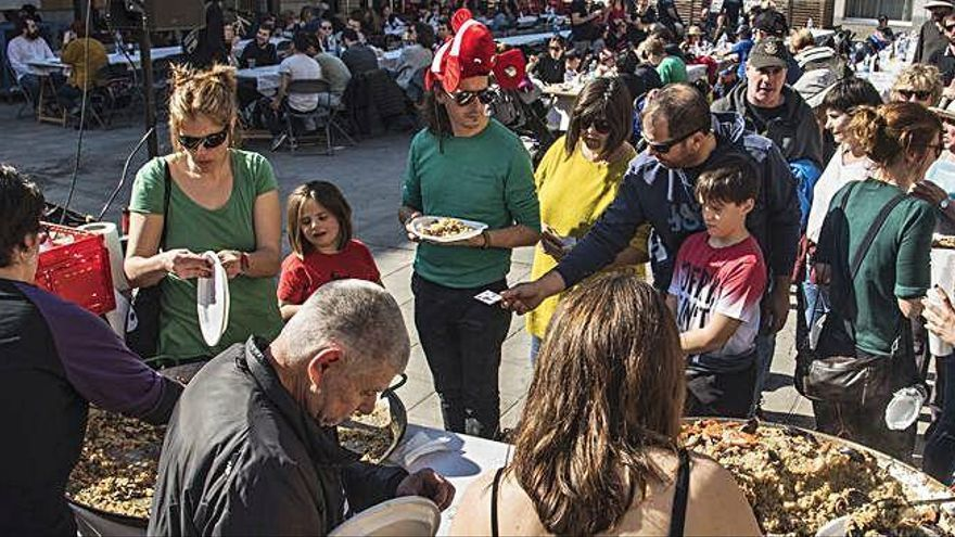 Sallent reparteix 255 racions d'arròs al dinar popular de Carnestoltes