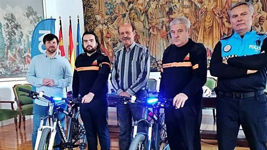 Responsables municipales, de Protección Civil, Policía Local y de la empresa presentan las bicicletas.