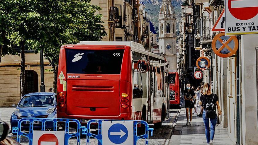 El gobierno de Alcoy insiste en que el autobús seguirá pasando por el centro
