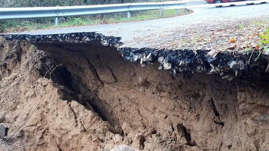 Una carretera se hunde en Lobios por el temporal y los ríos disminuyen su caudal
