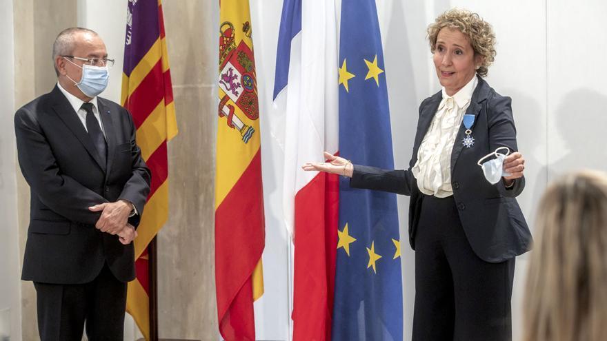 Francia condecora a Aina Calvo por su contribución al desarrollo del Liceo Francés como alcaldesa de Palma
