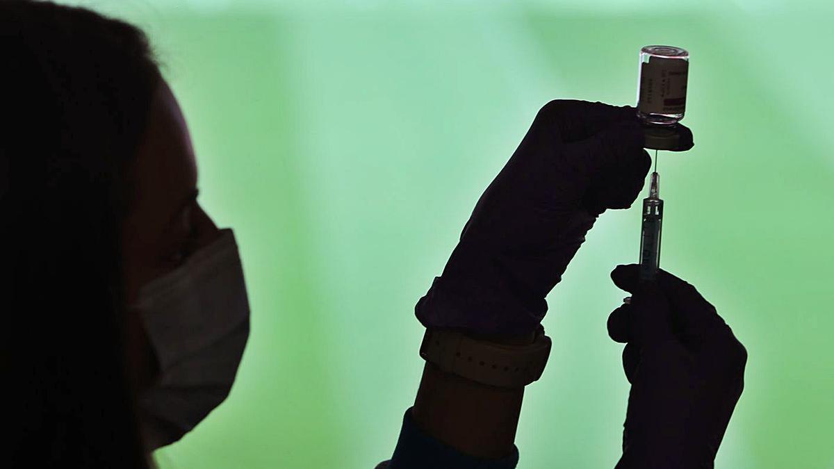 Un sanitario prepara una dosis de la vacuna contra el coronavirus.     // EUROPA PRESS