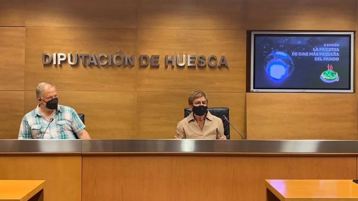 El codirector de la Muestra de Cine de Ascaso, Miguel Cordero, y la diputada provincial y delegada de Cultura de la DPH, Maribel de Pablo, han presentado este martes la muestra de cine.