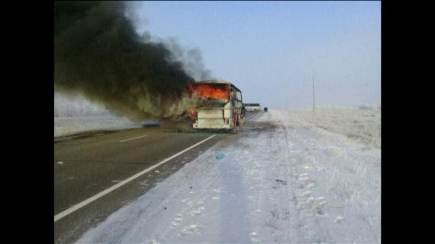 Mueren 52 personas al incendiarse un autobús tras un accidente en Kazajistán