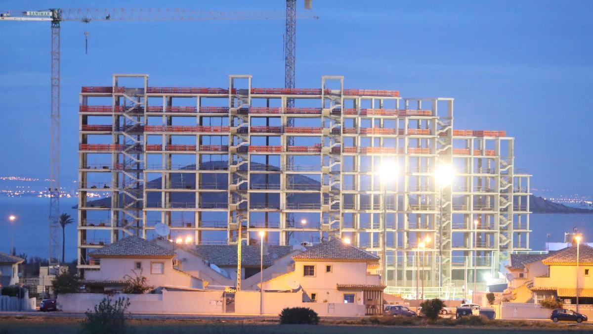 Un edificio en construcción en La Manga del Mar Menor.