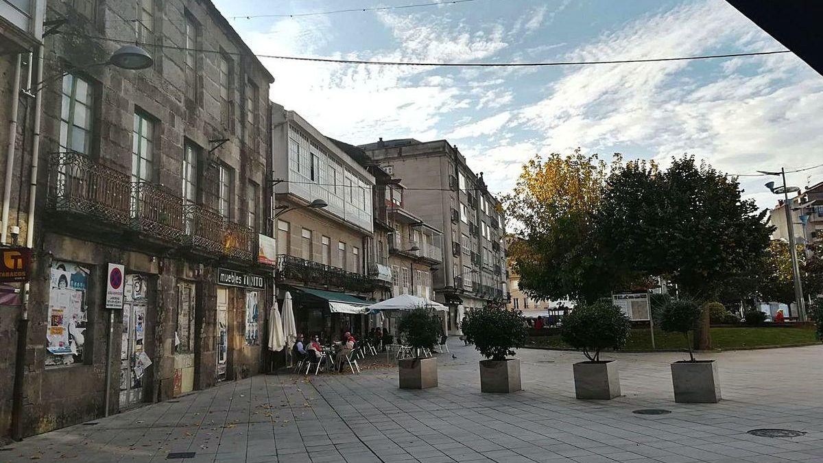 A la izquierda, el edificio en ruinas que va a comprar el Concello de Ponteareas.