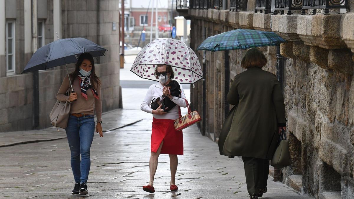 Paraguas en la calle durante una jornada lluviosa.