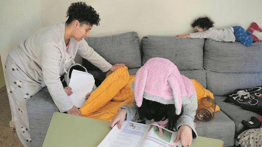 Tersi abriga a sus hijos mientras hacen los deberes en una casa con pobreza energética.