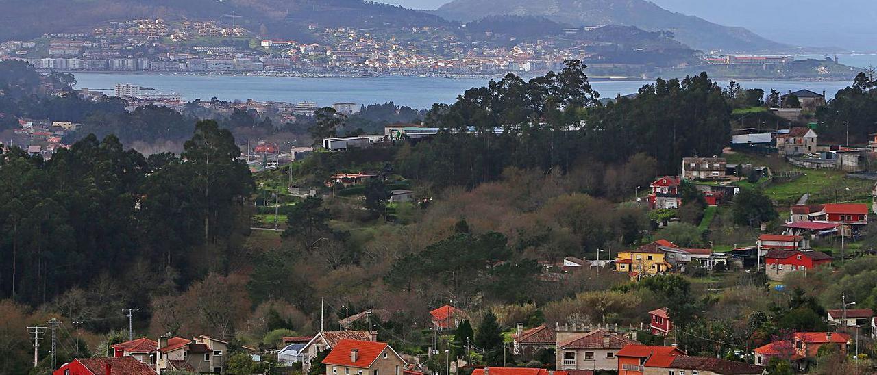La parroquia nigranesa de Camos, en primer plano, con la bahía de Baiona al fondo. |   // MARTA G. BREA