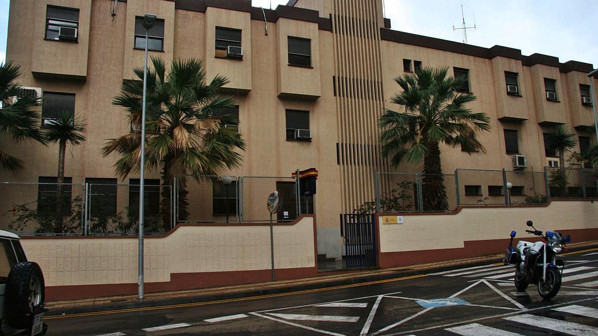Agentes de Crimen Organizado de Santa Cruz de Tenerife arrestaron al ciudadano estadounidese y lo llevaron a los calabozos en Santa Cruz.