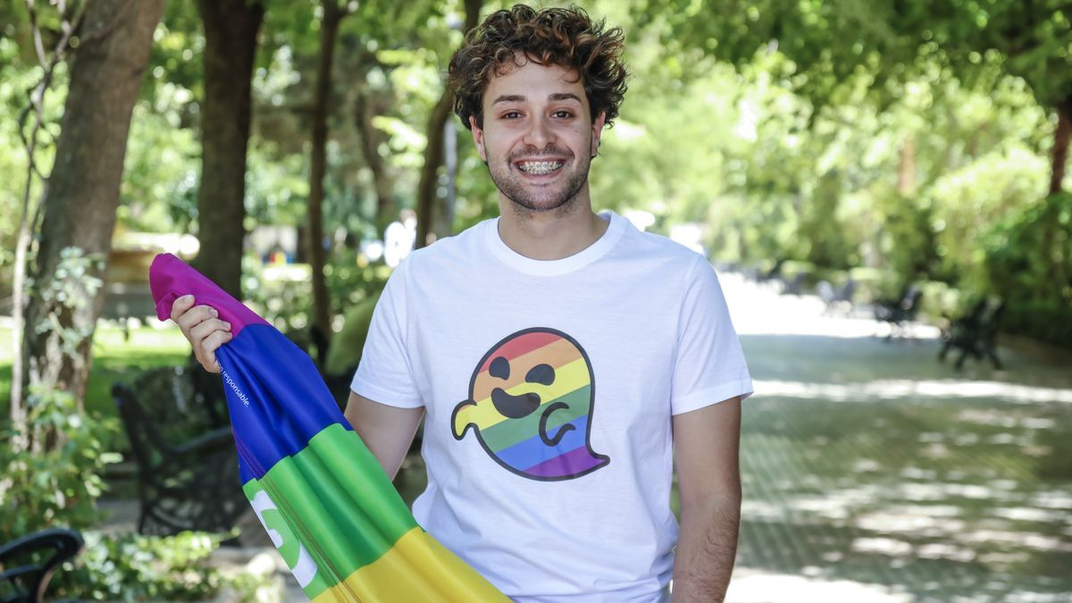 Enrique Hermosel Preciado con la bandera multicolor en el parque de Cánovas de Cáceres.