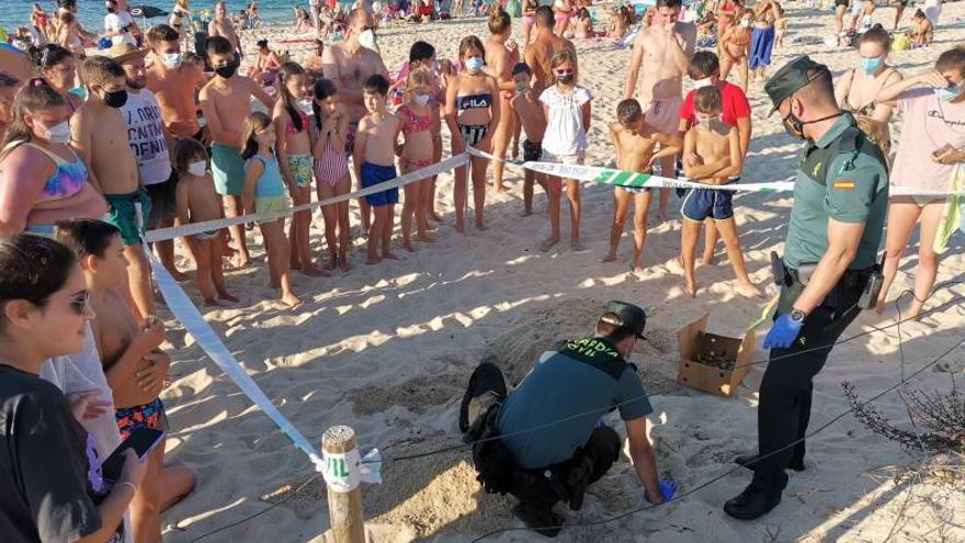 Aparecen unos restos óseos en la playa de Portomaior