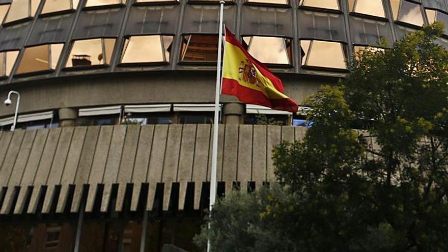 La bandera de España ondea frente al Tribunal Constitucional.