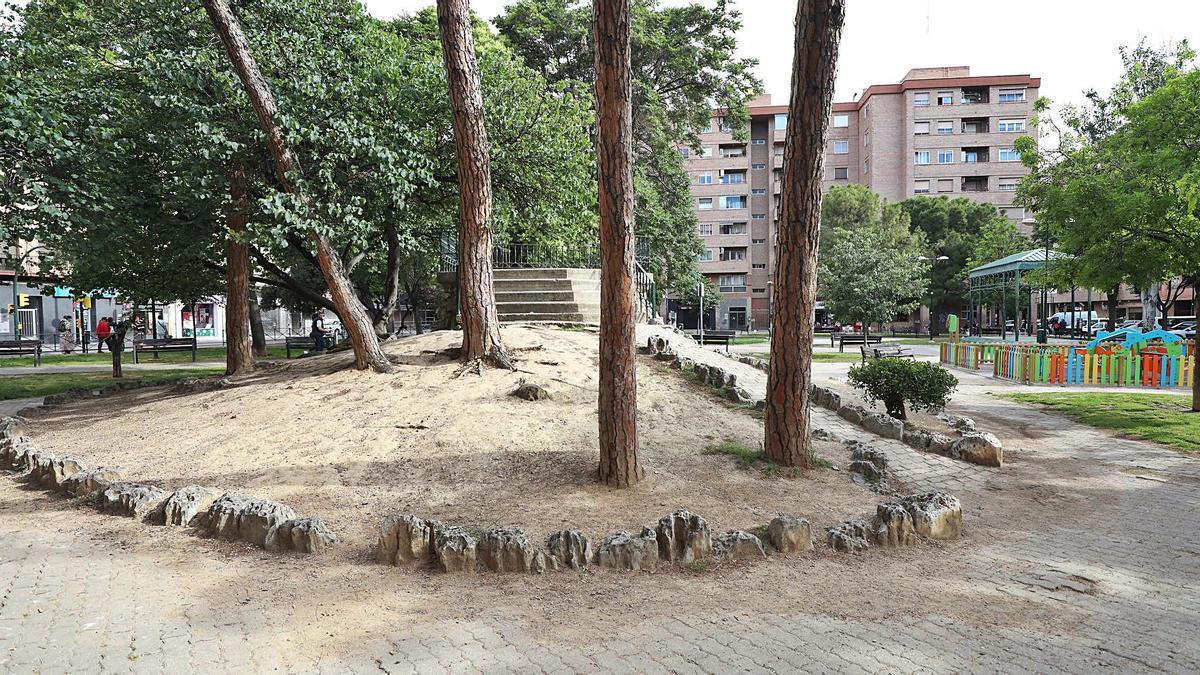 San José 8 En la plaza Reina Sofía reclaman que se amplíen las zonas verdes y se intensifique la limpieza.  | ÁNGEL DE CASTRO