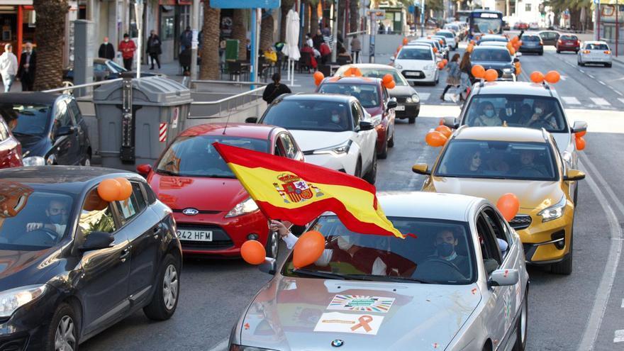 Una caravana de un centenar de vehículos exige en Alicante la retirada de la 'Ley Celaá'