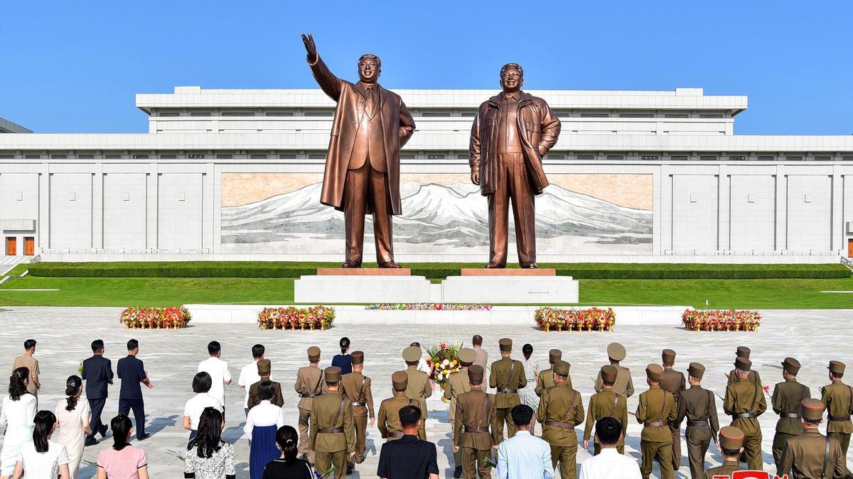 Estatuas de los líderes coreanos Kim Il-sung y Kim Jong-il
