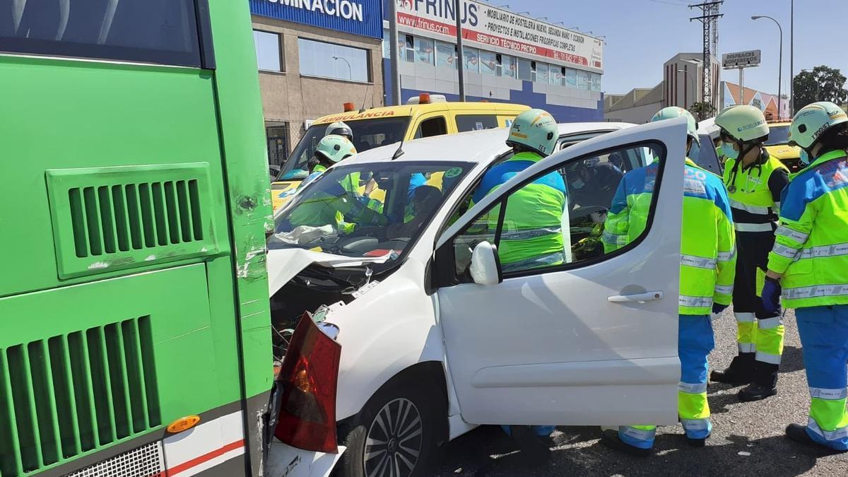 Accidente autobús interurbano y coche en Fuenlabrada