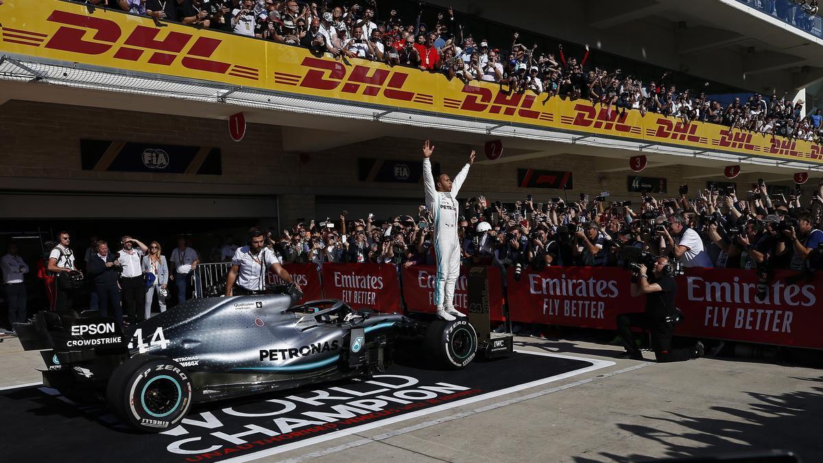 Lewis Hamilton celebra un triunfo con las gradas repletas de público en una carrera de 2019