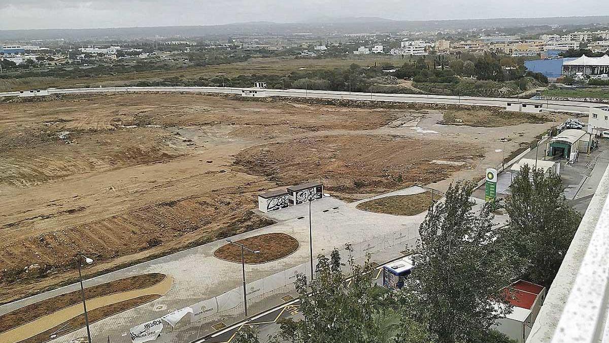 El terreno de la Platja de Palma donde la promotora quiere construir una gran superficie comercial.