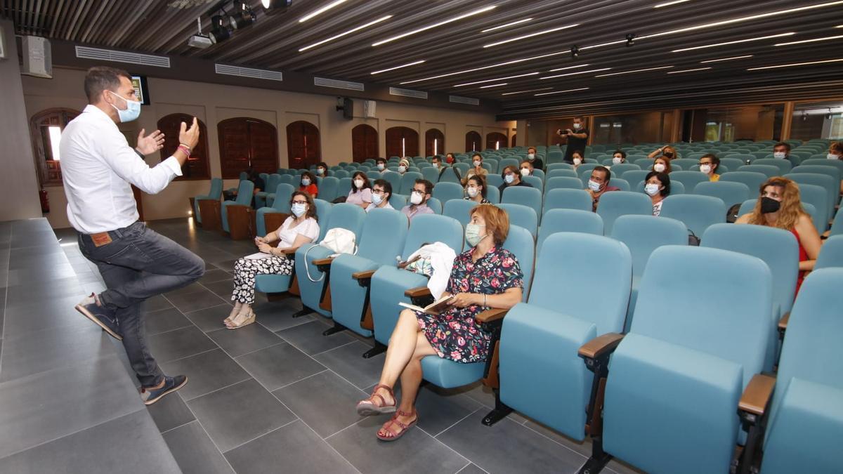 Álvaro Sánchez Cotrina con los proyectos emprendedores en Cáceres