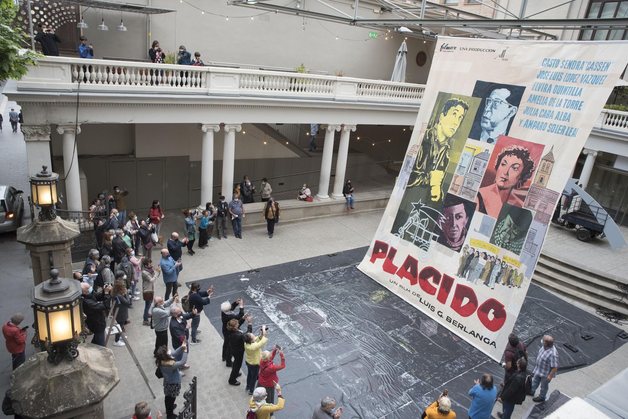 El pati del Kursaal s'omple de famílies en la pintada col·lectiva del mural gegant de «Plácido»