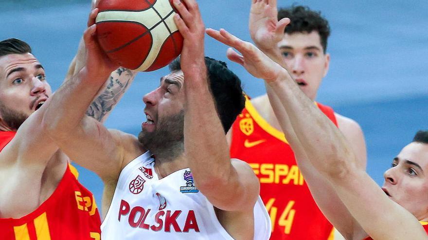 España cumple el trámite ante Polonia pese al recital de Slaughter