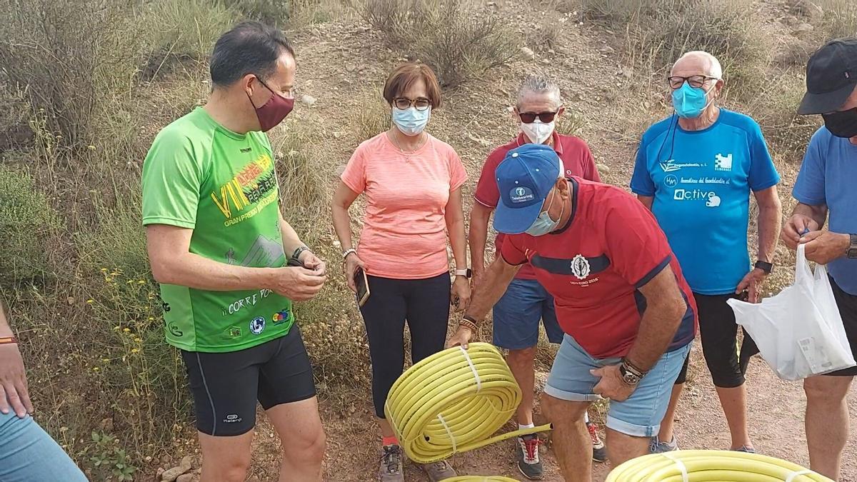 Fulgencio Gil entrega mangueras de riego a los cuidadores del Cejo.
