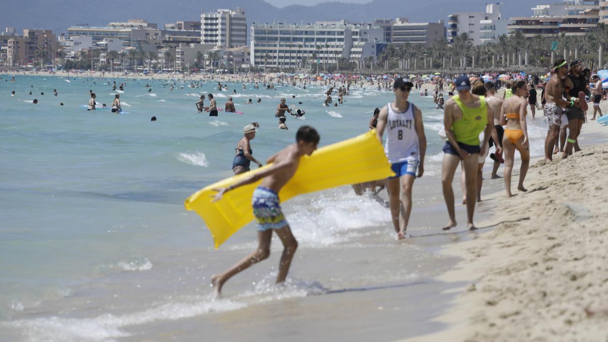 Urlauber an der Playa de Palma, wo sich deutsche und niederländische Feriengäste vermischen .