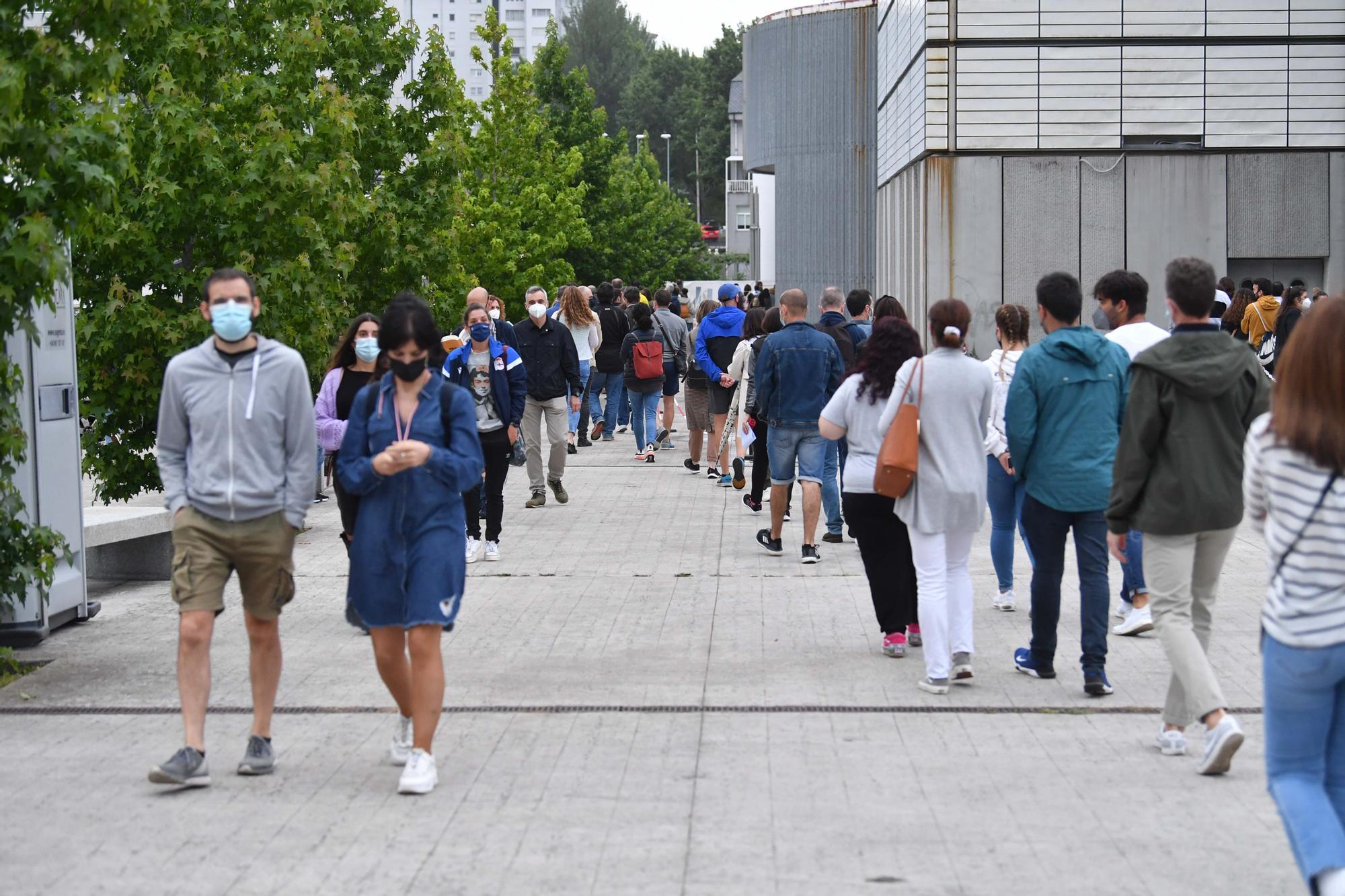 Largas colas en Expocoruña en el 2º día con más citados para la vacuna del COVID