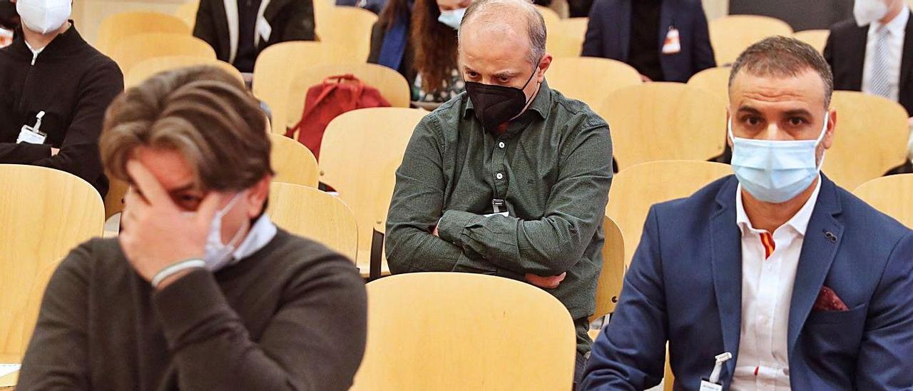 El empresario Ammar T., a la izquierda, se tapa la cara en el juicio en la Audiencia Nacional.