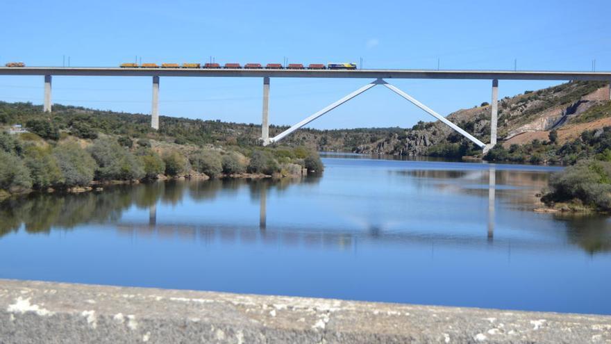 Adif somete hoy a pruebas de carga el viaducto del AVE trazado sobre Agavanzal