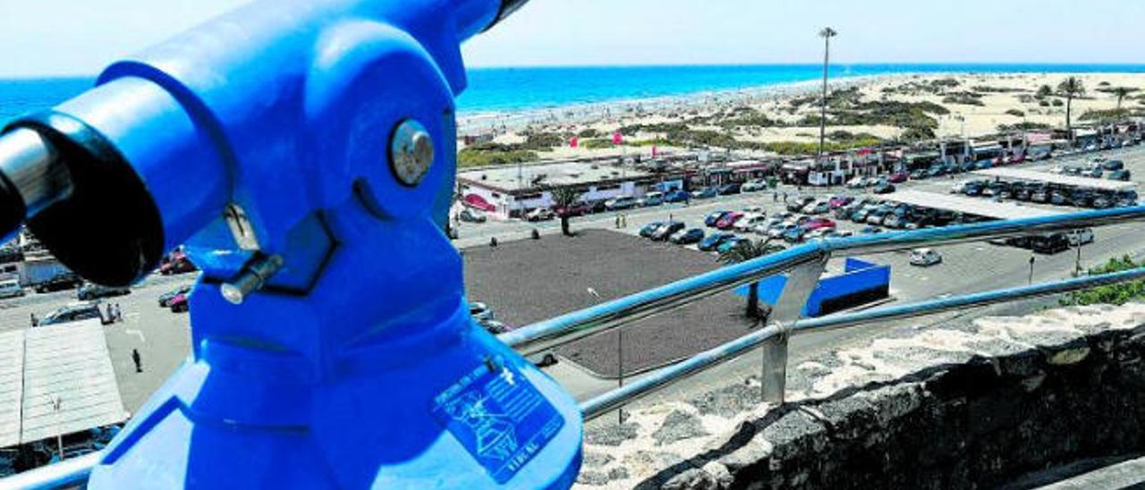 San Bartolomé suspenderá la zona azul y retirará los telescopios de las playas