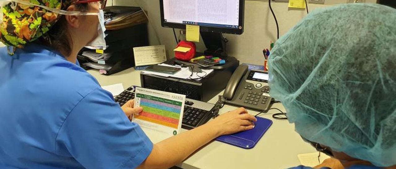 En una imagen de archivo, dos investigadores trabajando en un laboratorio