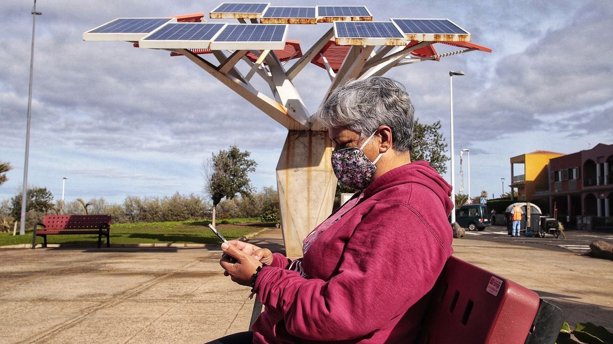 Árbol fotovoltaico con cobertura wifi básica en el parque Las Furnias.