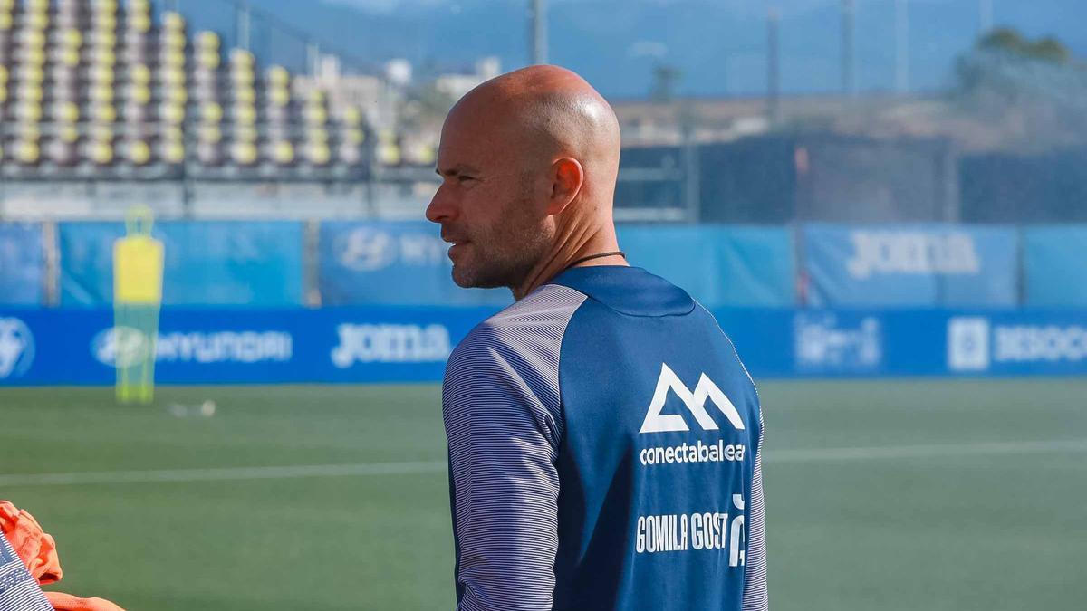 Xavi Calm dirige a sus jugadores en un entrenamiento.