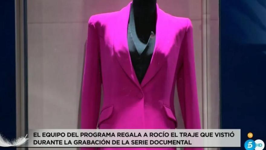 Rocío Carrasco cuenta lo que pretende hacer con su traje fucsia