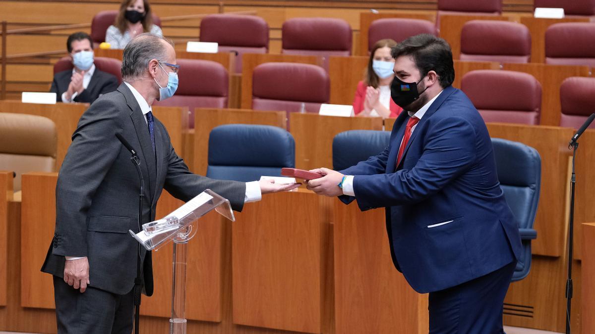El socialista zamorano Carlos Fernández toma posesión del escaño de manos del presidente de las Cortes, Luis Fuentes.