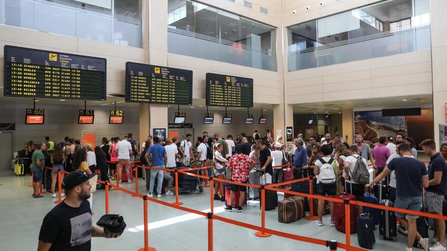 Detenido un británico por lanzar una falsa alarma de bomba en un avión de Ibiza
