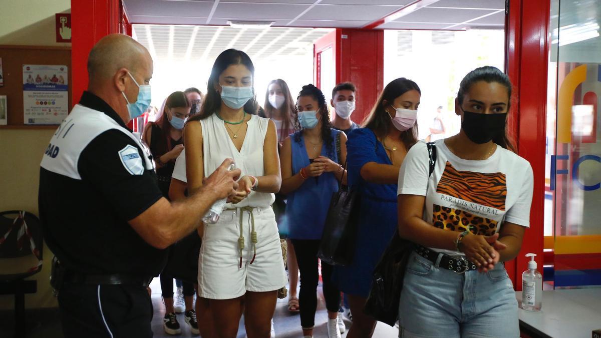 Gel hidroalcohólico para dar la bienvenida a los alumnos en la Facultad de Ciencias de la Educación.
