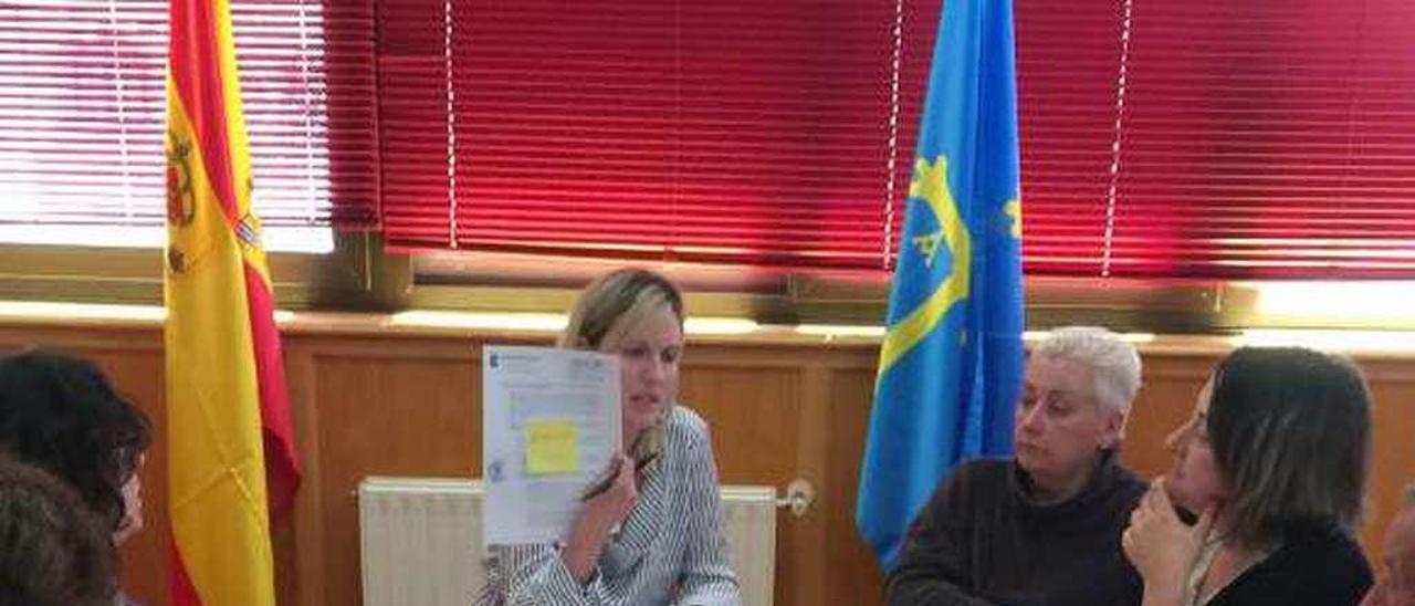 La alcaldesa de Ponga, Marta Alonso, muestra un desglose de gastos en defensa judicial por causas pendientes de anteriores mandatos, ayer.