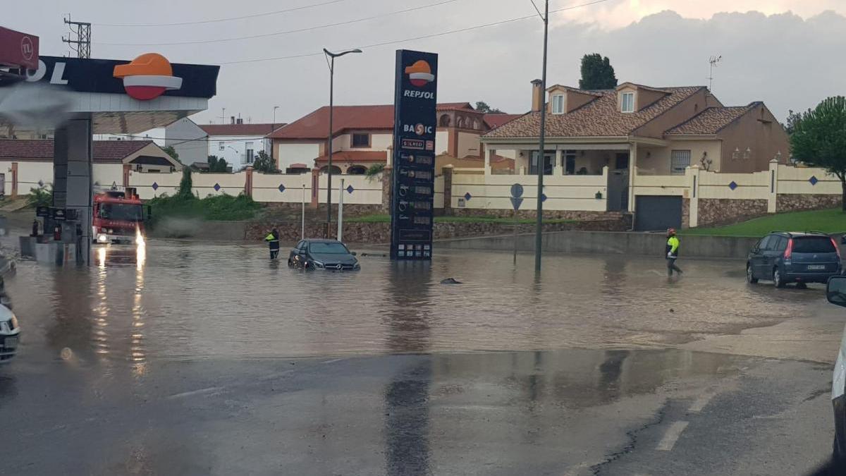 Una tromba de agua inunda calles y desborda arroyos