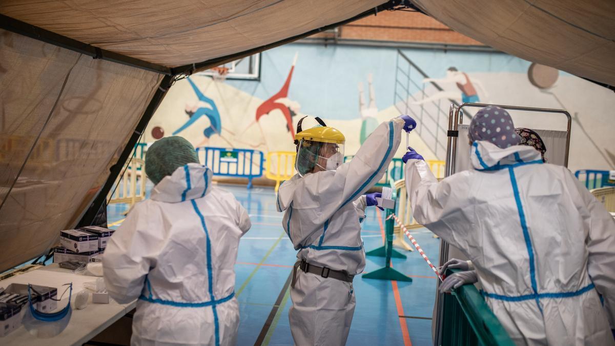 Sanitarios durante la realización de un cribado masivo de coronavirus