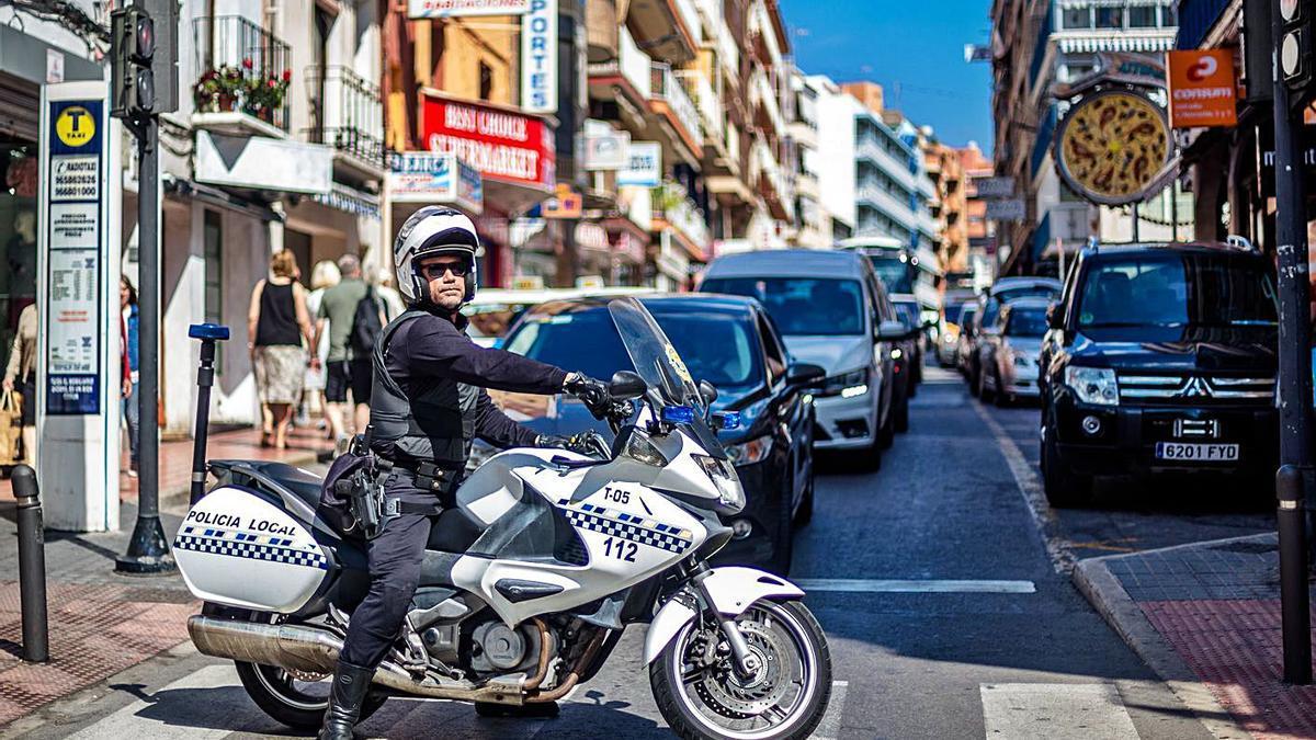 Un agente patrulla en uno de los vehículos de la Policía Local en una imagen de archivo.