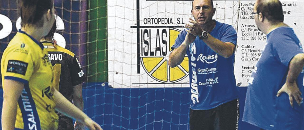 Carlos Herrera aplaude a Haridian Rodríguez, mientras Roberto Santana le observa durante un partido del Rocasa. | | JUAN CASTRO