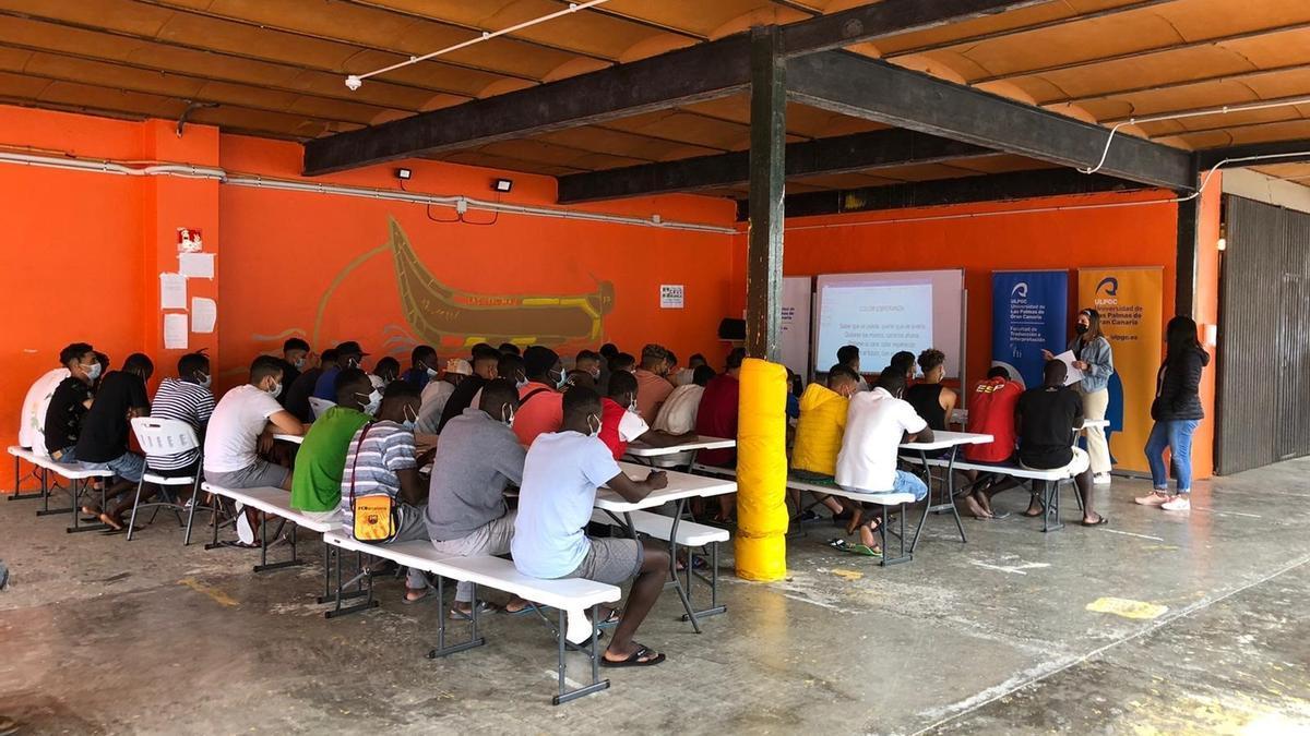 ULPGC volunteers give Spanish classes to migrants from Colegio de El Lasso