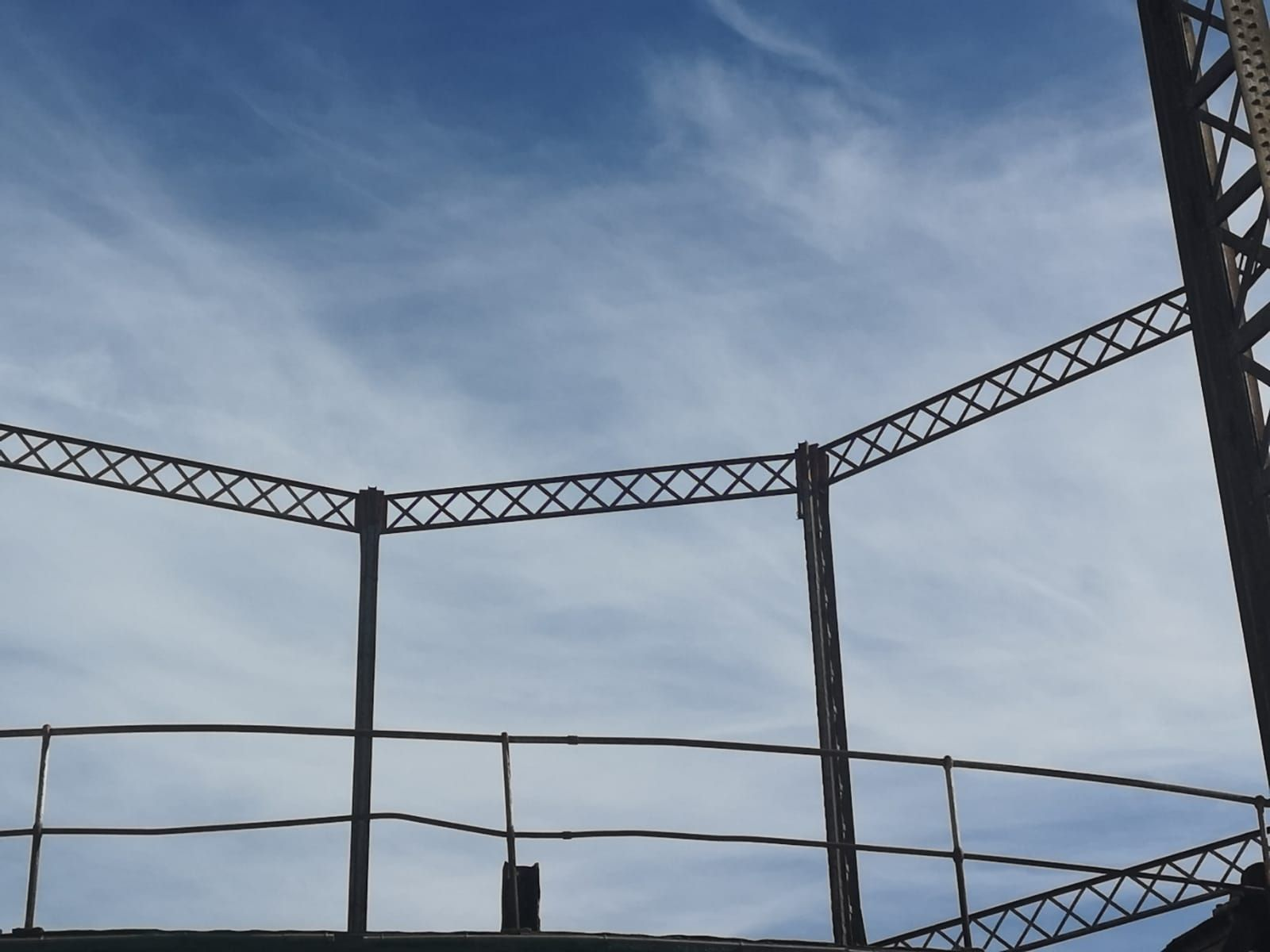 Así es el Gasómetro de Lebón, un testido del pasado industrial de la ciudad