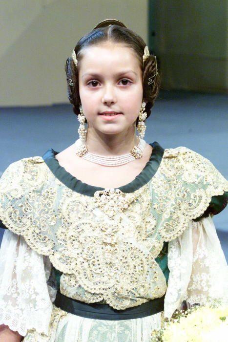 Corte 2002. Una de las infantiles, Beatriz Mondéjar, a la que posteriormente volveríamos a ver en la corte de 2012, de Sandra Muñoz.